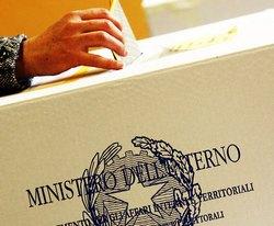 mano che inserisce scheda elettorale nell'urna