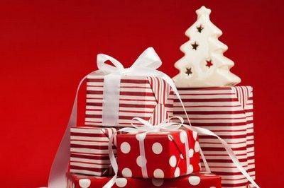 pacchi regalo bianchi e rossi