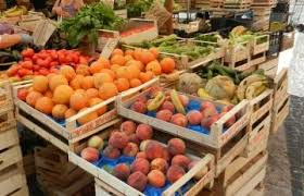 ceste di frutta e verdura al mercato