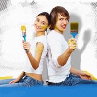 un ragazzo ed una ragazza di spalle con in mano un pennello nell'intento di dipingere
