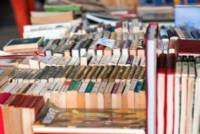 libri usati esposti in una bancarella
