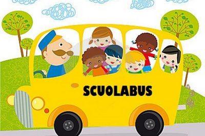 immagine con bambini sullo scuolabus