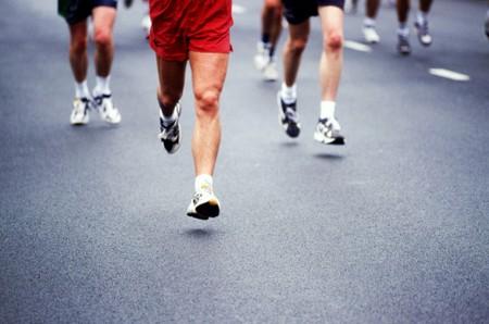 locandina con persone che corrono