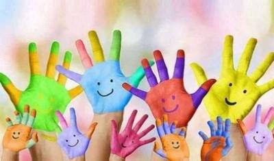 immagini di mani di adulti e bambini colorate di vernice