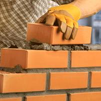 Edificazione parete in mattoni e cemento
