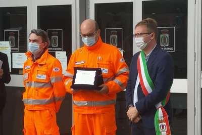Il presidente della Croce Bianca, un volontario e il Sindaco Marco Citterio all'atto della consegna della targa per gli impegni assunti durante l'emergenza covid