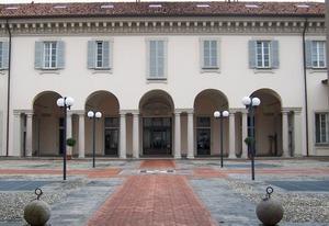 Visione dell'edificio principale con scorcio sul porticato