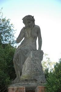 Villa Boffi - particolare di una statua raffigurante una donna seduta