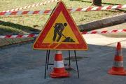 cartello di lavori in corso su un tratto di strada transennato