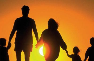 immagine di una famiglia che cammina al tramonto