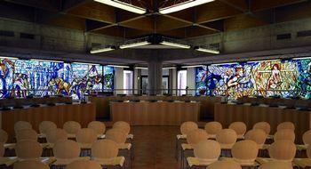 Sala consiliare - particolare della sala consiliare con vista su due delle quattro vetrate