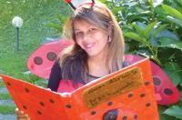 l'autrice con in mano un libro
