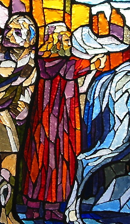 Particolare della vetrata dedicata a Fra Giovanni; rappresenta il Direttore in abito rosso che osserva i disegni della Cattedrale