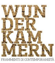 """particolare della locandina della mostra: in primo piano la scritta """"WUN DER KAM MERN"""""""