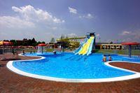 piscina esterna con scivolo