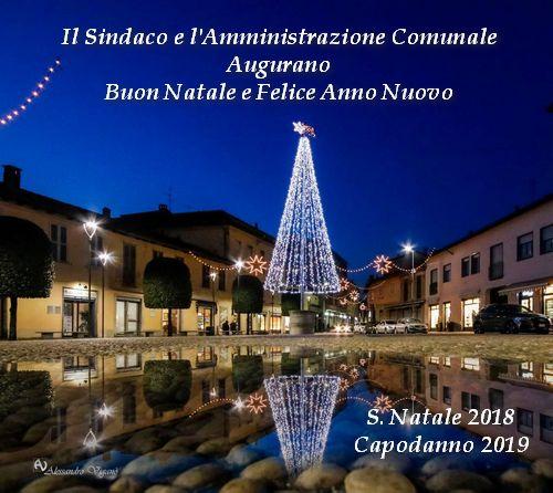 foto di Piazza Roma con albero di natale in primo piano