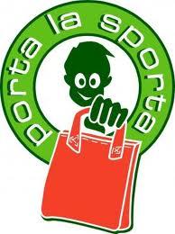 """logo dell'iniziativa. Cerchio verde con scritta bianca """"porta la sporta"""". Nel centro immagine stilizzata di un ragazzo che tiene in mano una borsa arancio"""
