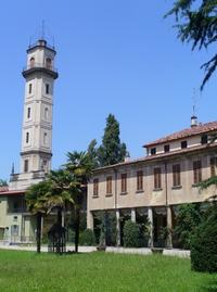 facciata principale della villa caratterizzata da un'alta torre
