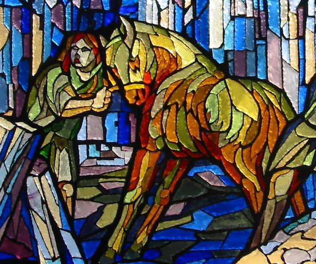 Particolare della vetrata dedicata a Fra Giovanni; rappresenta un cavallo bloccato da un palafreniere