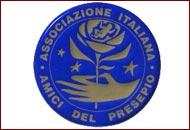 Logo dell'associazione italiana amici del presepio rappresentata da un cerchio di colore blu con all'interno una mano che regge una rosa circondata da stelle di colore oro, nella parte esterna in alto la scritta associazione italiana e in basso amici del presepio sempre in color oro