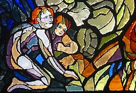 Particolare della vetrata dedicata al Progresso; rappresenta una coppia primitiva nell'antro di una caverna