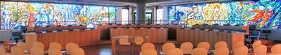 Panaoramica sala civica con postazioni dei consiglieri comunali