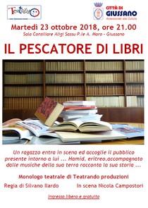"""locandina dello spettacolo con scritta """"IL PESCATORE DI LIBRI"""" e immagine di libri su un tavolo e su scaffali"""