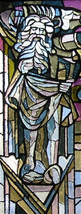 Particolare della vetrata dedicata a Fra Giovanni; telamone