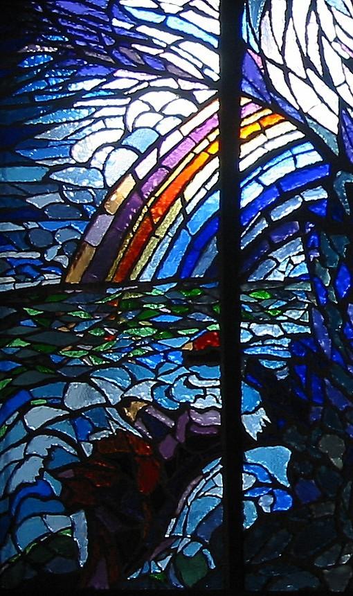 Particolare della vetrata dedicata al Progresso; rappresenta un arcobaleno