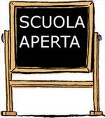 """immagine di una lavagna con scritta """"scuola aperta"""""""