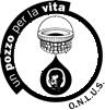 Logo dell'associazione un pozzo per la vita rappresentato da un cerchio nero con all'esterno la scritta un pozzo per la vita di colore bianco sul lato superiore e onlòus di colore nero sul lato inferiore. all'interno del cerchio il disegno di un pozzo e sotto una goccia di colore nero con all'interno il viso di un uomo