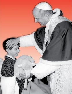 Foto di Paolo VI nell'atto di accarezzare un bambino con in braccio una pecorella