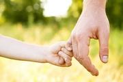 un bambino che tiene per mano un adulto