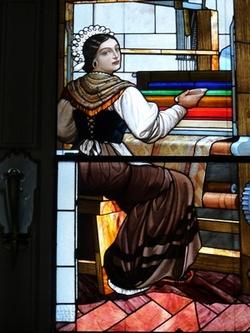 Villa Longoni - particolare di una vetrata raffigurante una donna al telaio