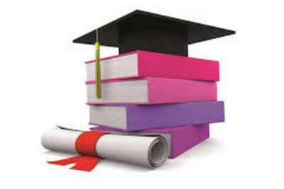 libri impilati con in cima un cappello da laureato