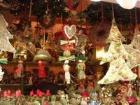 immagine di una bancarelle di un mercatino natalizio