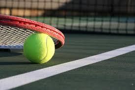 racchetta da tennis su campo da tennis