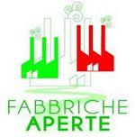 Particolare del logo dell'iniziativa, disegno di tra fabbriche stilizzate riproducenti i colori della bandiera italiana. Sotto la scritta Fabbriche Aperte.
