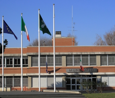 Foto del municipio con bandiere al vento