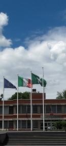 Foto bandiere comune, cielo azzurro e nuvole