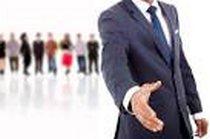 immagine di persona che tende la mano in segno di saluto e persone in attesa sullo sfondo