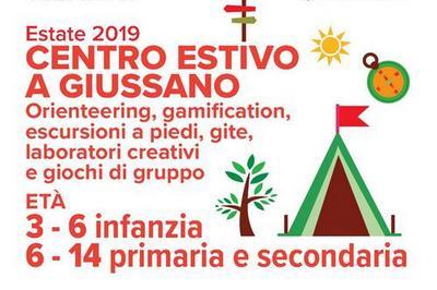 """Scritta """"Centro estivo a Giussano"""". Orienteering, gamification, escursioni a piedi, gite, laboratori creativi e giochi di gruppo. Età 3 - 6 infanzia"""