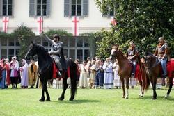 rievocazione storica, Alberto da Giussano a cavallo, sullo sfondo figuranti in abiti dell'epoca