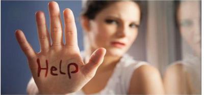 mano di donna in primo piano con scritta in rosso HELP