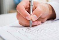 mano nell'intento di firmare un modulo