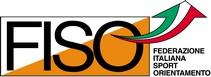 Logo della federazione italiana sport orientamento formato da un rettangolo tagliato diagonalmente di colore bianco sopra e arancione sotto con la scritta di colore nero fiso una freccia rivolta verso l'alto con la bandiera italiana e la scritta federeazione italiana sport orientamento sulla parte destra
