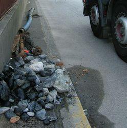 materiale di scarto al ciglio di una strada