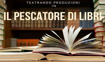 """Scritta """"IL PESCATORE DI LIBRI"""" con immagine di libri su un tavolo e su scaffali"""