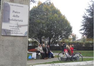 panchine nel parco della solidarietà