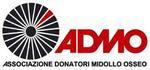 Logo dell'Associazione donatori di midollo osseo rappresentata dalla scritta in nero in basso, un cerchio nero con dei raggi bianchi, la scritta admo in colore rosso al lato